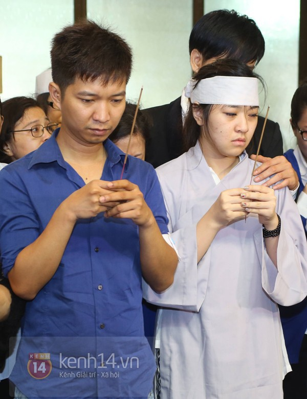 Mẹ và em gái Wanbi Tuấn Anh tiều tụy, suy sụp trong lễ tang 4