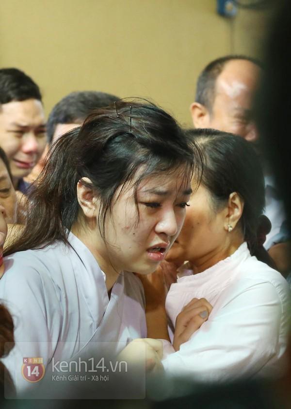Mẹ và em gái Wanbi Tuấn Anh tiều tụy, suy sụp trong lễ tang 8