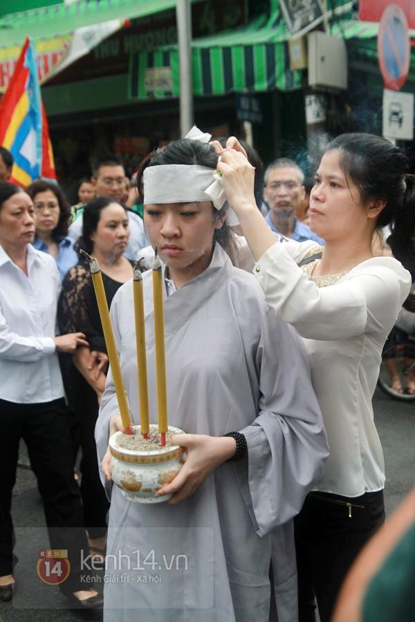 Mẹ và em gái Wanbi Tuấn Anh tiều tụy, suy sụp trong lễ tang 22