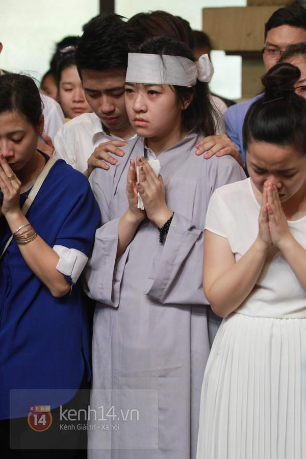 Mẹ và em gái Wanbi Tuấn Anh tiều tụy, suy sụp trong lễ tang 5