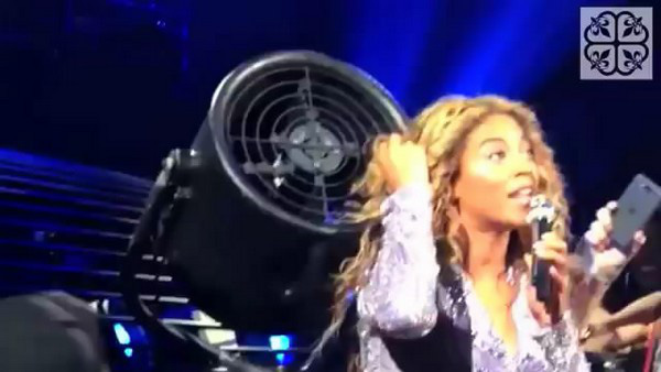 Beyoncé đang biểu diễn thì bị kẹt tóc vào cánh quạt 4