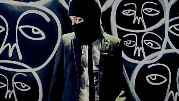 """G-Dragon """"đen thui"""" trong MV đánh dấu sự trở lại 8"""