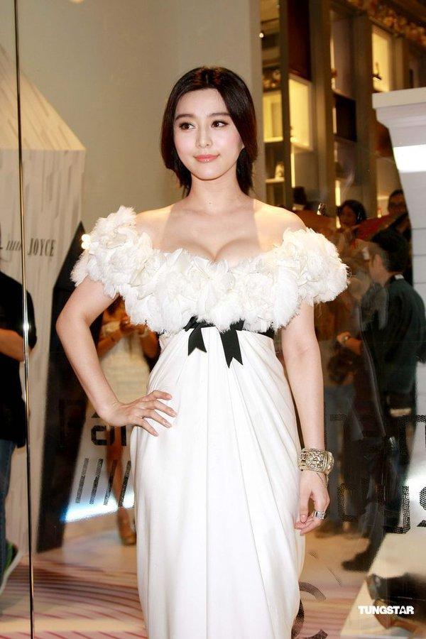 """Lý Nhã Kỳ """"khoe"""" váy độc quyền 2 tỷ của Chanel 16"""