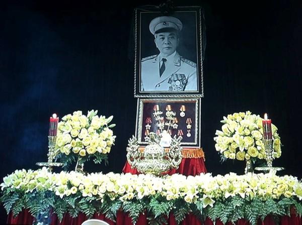 Hết giờ Lễ viếng Quốc tang, nhiều người dân vẫn xếp hàng vào viếng Đại tướng 2