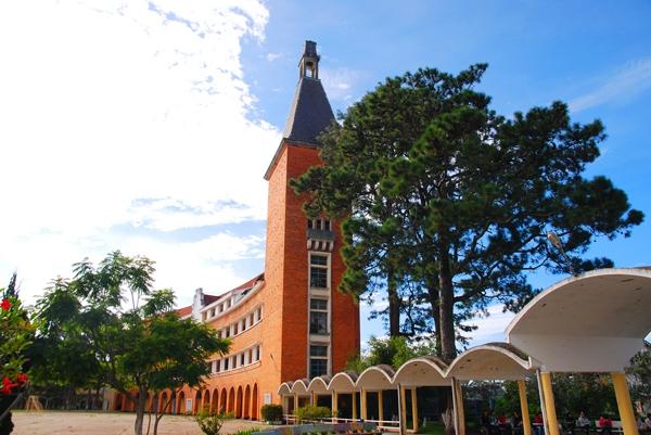Cận cảnh ngôi trường thu hút khách du lịch nhất ở Đà Lạt 6