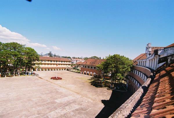 Cận cảnh ngôi trường thu hút khách du lịch nhất ở Đà Lạt 8