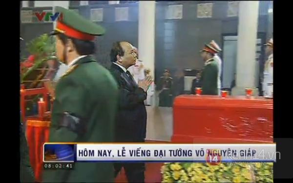 Hết giờ Lễ viếng Quốc tang, nhiều người dân vẫn xếp hàng vào viếng Đại tướng 15