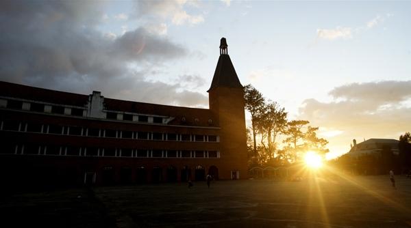 Cận cảnh ngôi trường thu hút khách du lịch nhất ở Đà Lạt 13