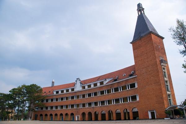 Cận cảnh ngôi trường thu hút khách du lịch nhất ở Đà Lạt 14
