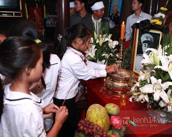 Hết giờ Lễ viếng Quốc tang, nhiều người dân vẫn xếp hàng vào viếng Đại tướng 180
