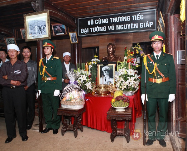 Hết giờ Lễ viếng Quốc tang, nhiều người dân vẫn xếp hàng vào viếng Đại tướng 181