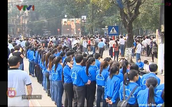Hết giờ Lễ viếng Quốc tang, nhiều người dân vẫn xếp hàng vào viếng Đại tướng 58