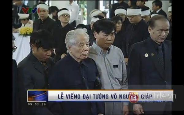 Hết giờ Lễ viếng Quốc tang, nhiều người dân vẫn xếp hàng vào viếng Đại tướng 30