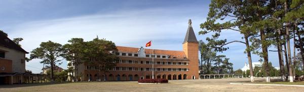 Cận cảnh ngôi trường thu hút khách du lịch nhất ở Đà Lạt 18