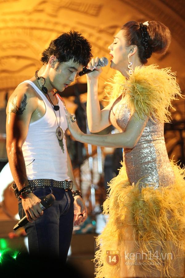 Lâm Chi Khanh, Hương Giang Idol đối lập trên sân khấu 3