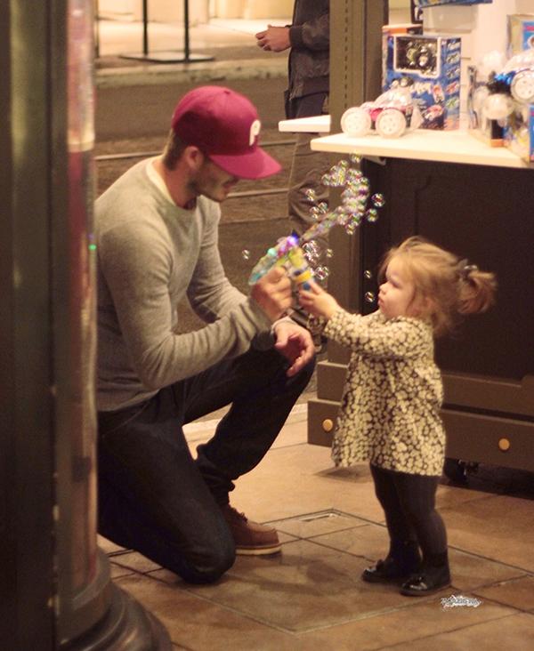 Những hình ảnh siêu dễ thương của bé Harper Seven Beckham 13