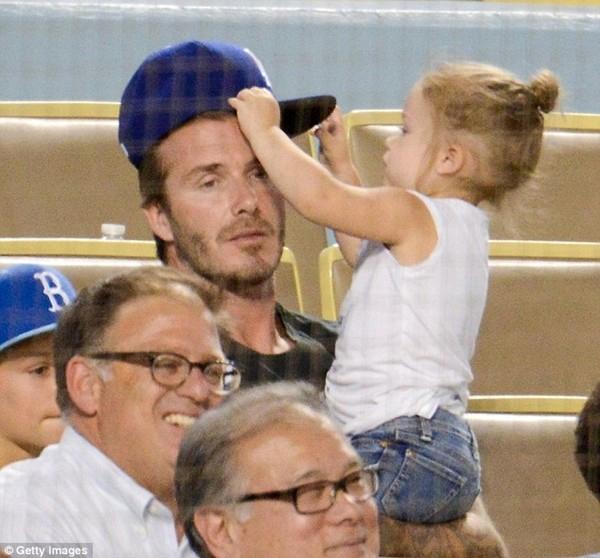 Những hình ảnh siêu dễ thương của bé Harper Seven Beckham 26