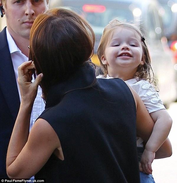 Những hình ảnh siêu dễ thương của bé Harper Seven Beckham 23