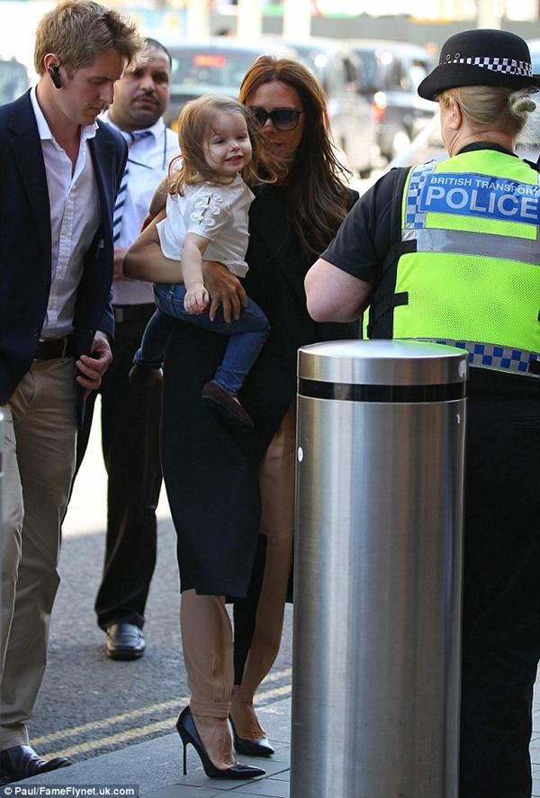 Những hình ảnh siêu dễ thương của bé Harper Seven Beckham 24