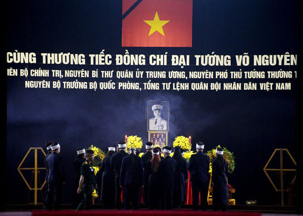 Hết giờ Lễ viếng Quốc tang, nhiều người dân vẫn xếp hàng vào viếng Đại tướng 12