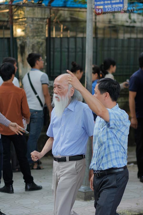 76 tuổi, thầy giáo Văn Như Cương lặng lẽ xếp hàng chờ vào viếng Đại tướng 3