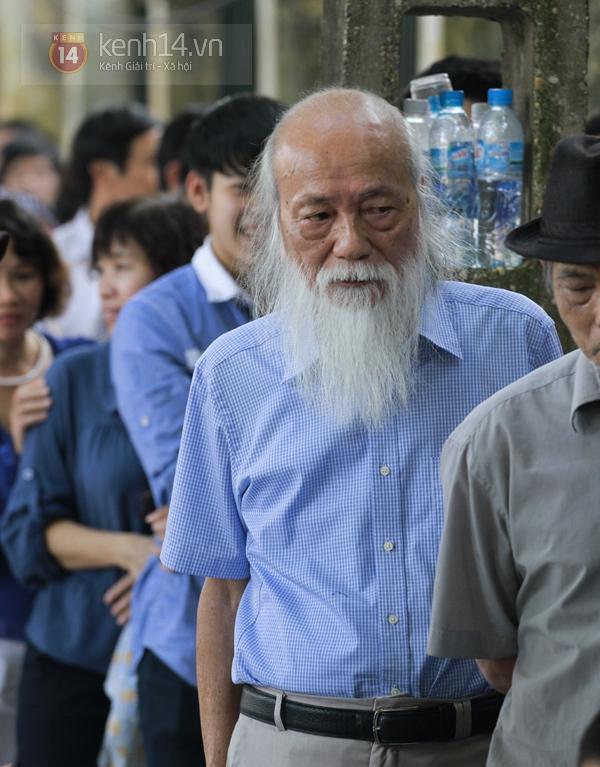 76 tuổi, thầy giáo Văn Như Cương lặng lẽ xếp hàng chờ vào viếng Đại tướng 1