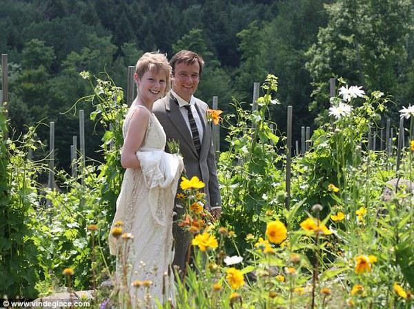 Cặp đôi tổ chức đám cưới 66 lần khắp thế giới tiếp tục kết hôn lần thứ 67 ở New Zealand 26