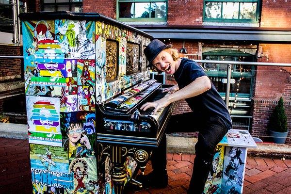 Thích thú với những cây đàn Piano đầy màu sắc trên khắp thế giới 8