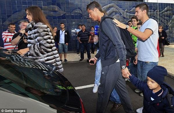 Ronaldo đưa bồ và con riêng đi chơi 4