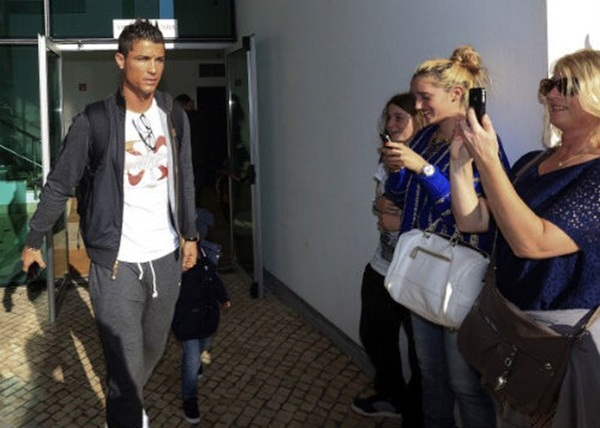 Ronaldo đưa bồ và con riêng đi chơi 2