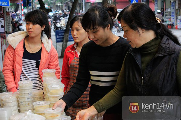 Người Hà Nội xếp hàng mua bánh trôi bánh chay trong cái rét nàng Bân 11