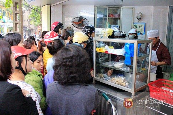 Người Hà Nội xếp hàng mua bánh trôi bánh chay trong cái rét nàng Bân 2