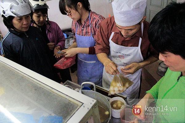 Người Hà Nội xếp hàng mua bánh trôi bánh chay trong cái rét nàng Bân 3