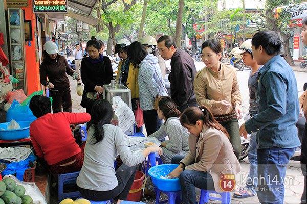 Người Hà Nội xếp hàng mua bánh trôi bánh chay trong cái rét nàng Bân 16