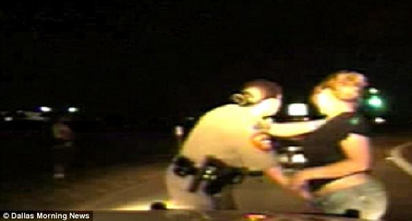 Sốc: Cảnh sát giao thông kiểm tra phần kín của người đi đường 2