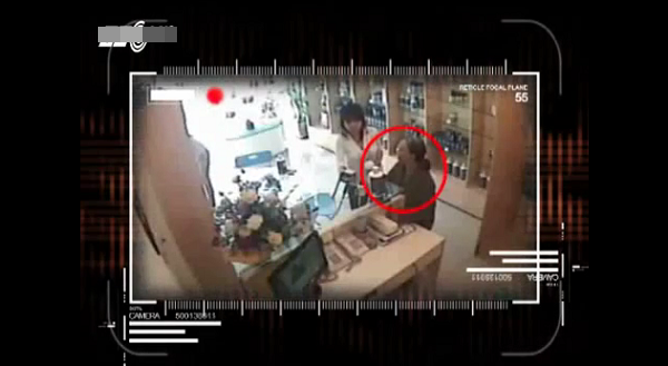 Việt Nam: Clip 2 cụ bà nhanh tay ăn trộm đồ 3