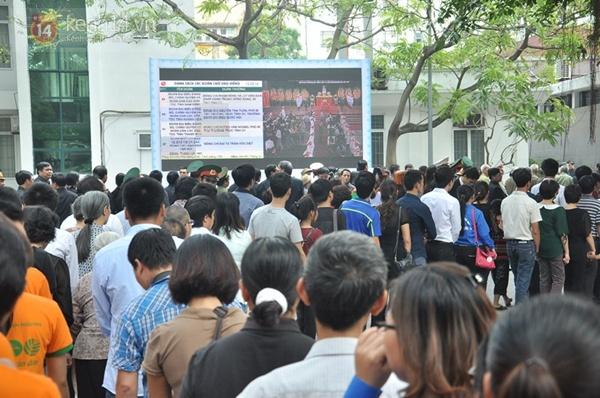 Hết giờ Lễ viếng Quốc tang, nhiều người dân vẫn xếp hàng vào viếng Đại tướng 84