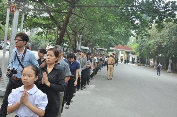 Hết giờ Lễ viếng Quốc tang, nhiều người dân vẫn xếp hàng vào viếng Đại tướng 82