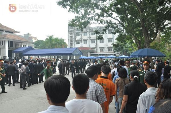 Hết giờ Lễ viếng Quốc tang, nhiều người dân vẫn xếp hàng vào viếng Đại tướng 85