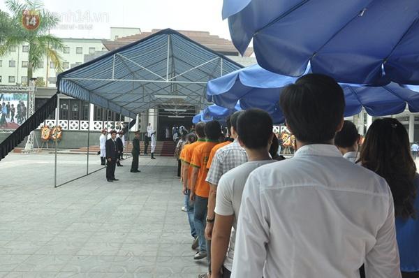 Hết giờ Lễ viếng Quốc tang, nhiều người dân vẫn xếp hàng vào viếng Đại tướng 87
