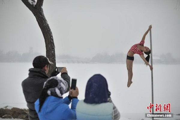 Thiếu nữ múa cột giữa băng tuyết 3