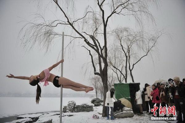 Thiếu nữ múa cột giữa băng tuyết 4