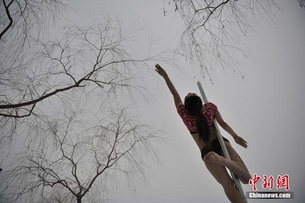 Thiếu nữ múa cột giữa băng tuyết 7