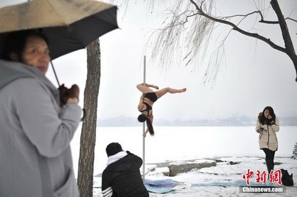 Thiếu nữ múa cột giữa băng tuyết 8