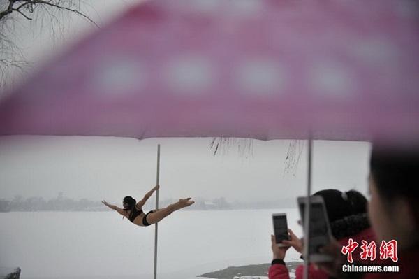 Thiếu nữ múa cột giữa băng tuyết 10