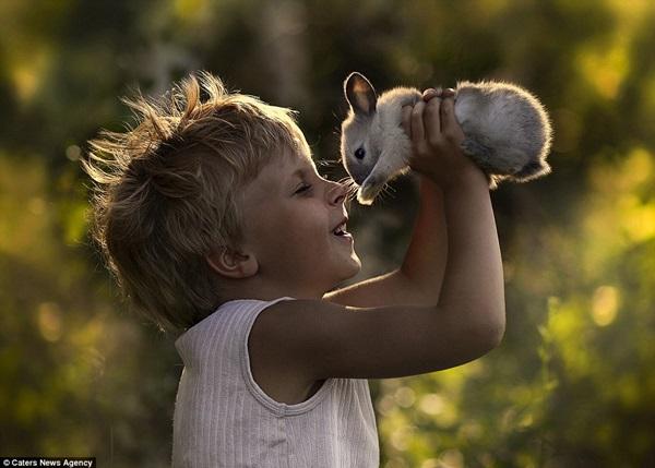 Bộ ảnh tuyệt đẹp của 2 cậu bé bên những loài động vật dễ thương 2