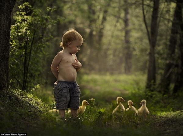 Bộ ảnh tuyệt đẹp của 2 cậu bé bên những loài động vật dễ thương 9