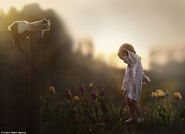 Bộ ảnh tuyệt đẹp của 2 cậu bé bên những loài động vật dễ thương 10