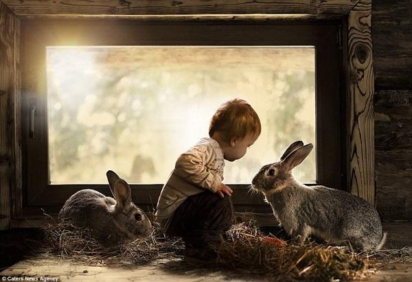 Bộ ảnh tuyệt đẹp của 2 cậu bé bên những loài động vật dễ thương 1