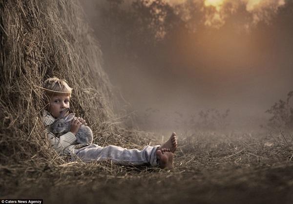 Bộ ảnh tuyệt đẹp của 2 cậu bé bên những loài động vật dễ thương 11